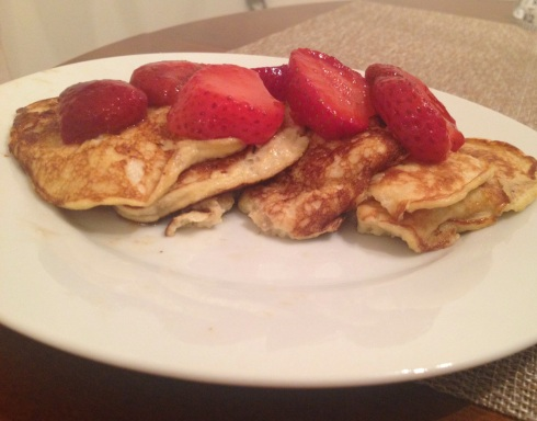 Banana pancakes with strawberries | www.the-wild-child.com  #healthyeating