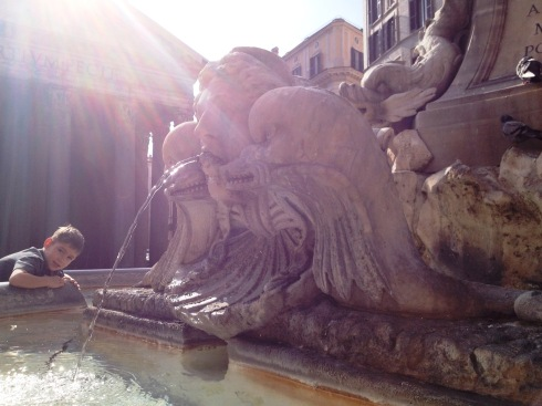 Piazza della Rotonda fountain in Rome | www.the-wild-child.com