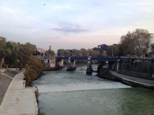 Bridge to Tiber Island in Rome | www.the-wild-child.com